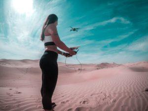 drone volant dans le désert