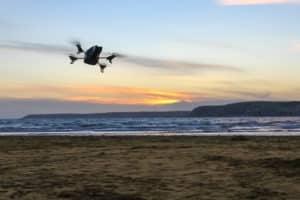 drone en vol au dessus de la plage