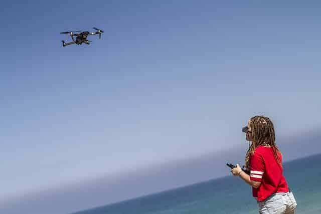 femme pilotant un drone