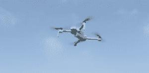 Hubsan Zino volant sous un ciel bleu