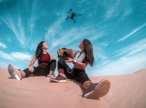 deux amies s'amusent avec un drone