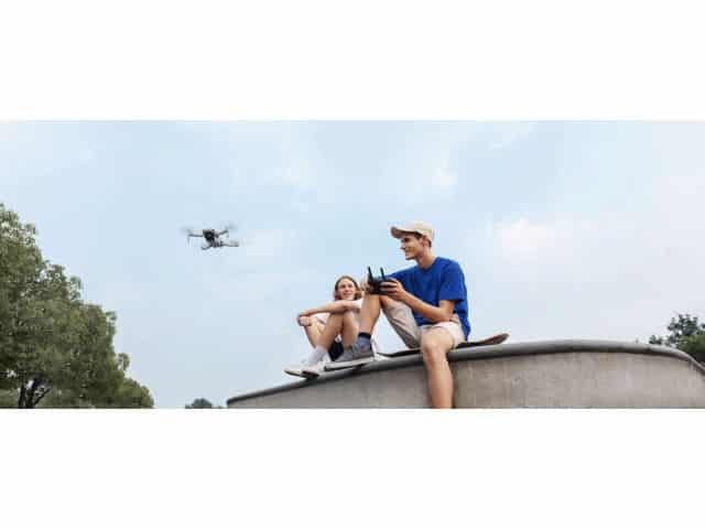 2 pilotes de drone en actionnant la radiocommande du Dji mavic mini