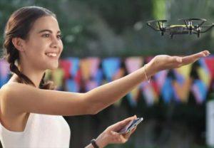 jeune femme faisant voler un drone dji tello