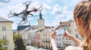 Drone Snaptain s5c au dessus d'une ville