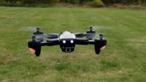 Vol du drone Snaptain SP500 au dessus d'un champ