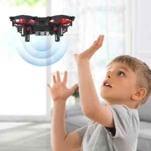 Enfant s'exerçant au pilotage de drone
