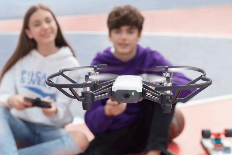 Enfants faisant voler un drone
