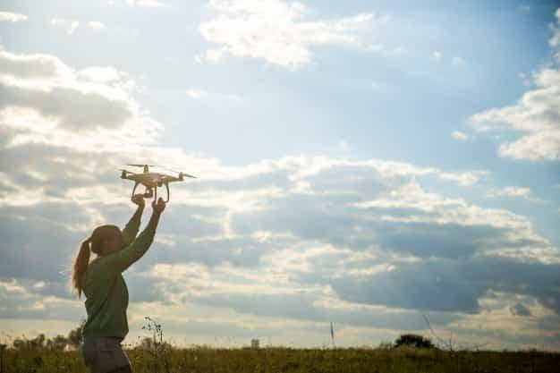 Jeune fille faisant voler un drone pas cher