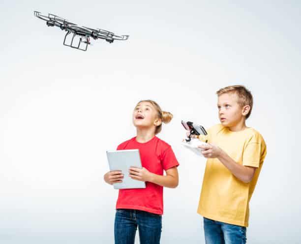 Enfants jouant avec un drone