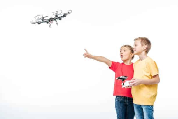 2 enfants jouant avec un drone